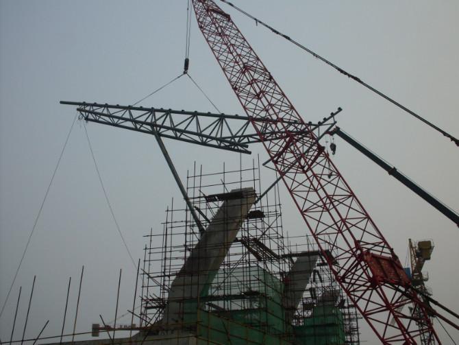 (一)工程简介 长春综合体育馆钢结构网架为贝壳造型,是目前亚洲最大跨度的方钢管钢结构屋面。该钢结构网架纵向水平跨度191.682m,横向水平跨度146. OOOm,钢结构网架总高度为49.557m,网架落地矢高为42. 097m,径向拱架上下弦中心距离为2.854m。总建筑球面积为39135m2,水平投影面积为22016m2,网架总质量为2065t,其中含大小支撑、屋面梁、檩条565t。 (二)吊装特点 (l)由于外围拱脚至中心跑道之间有5m宽的马道,四周最高处为30.